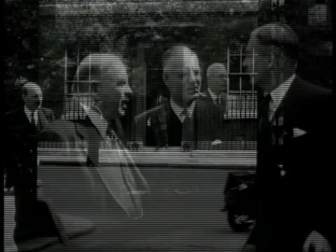 building on downing street ext vs canada prime minister mackenzie king australia pm john curtin british foreign sec anthony eden talking uk pm... - downing street stock-videos und b-roll-filmmaterial