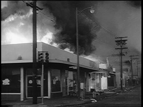 vídeos y material grabado en eventos de stock de pan building on fire during watts race riots / los angeles / newsreel - 1965