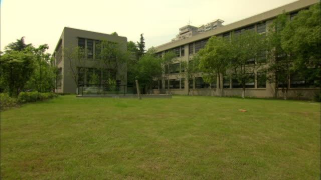 vidéos et rushes de ws building on tongji university campus, shanghai, china - façade
