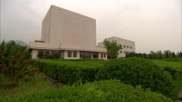 vidéos et rushes de ws building on tsinghua university campus, beijing, china - façade