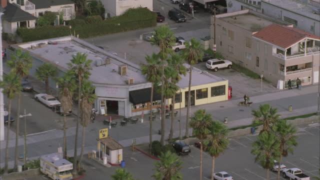 vídeos y material grabado en eventos de stock de aerial building parking lot and urban sprawl / california, united states - formato buzón