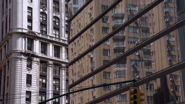 vidéos et rushes de building reflections in new york city - signalisation routière lumineuse