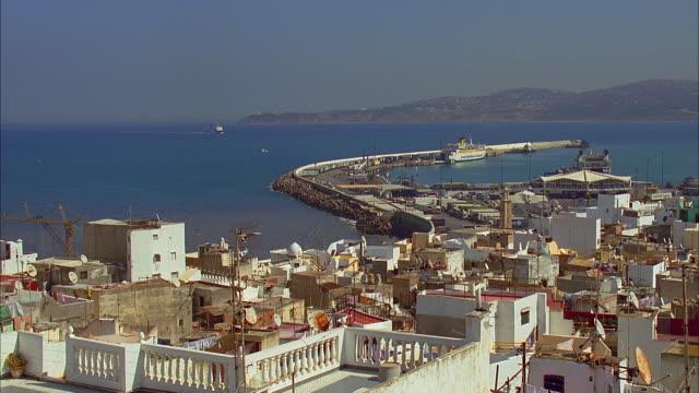 vídeos y material grabado en eventos de stock de ws ha building rooftops and harbor in background, tangier, morocco - la paz título de película