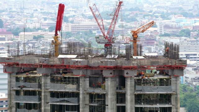 vídeos de stock, filmes e b-roll de edifício em construção, guindaste usado para a construção de um arranha-céu - concreto