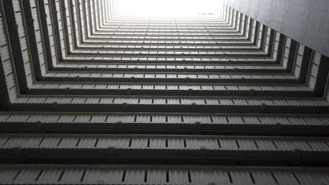 vista edificio sfondo grattacieli - staircase video stock e b–roll
