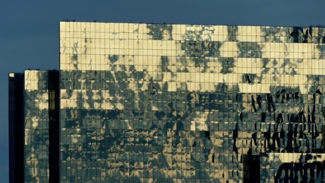 stockvideo's en b-roll-footage met gebouw venster zonsondergang weerspiegeling - in de lucht zwevend