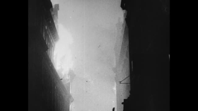 vídeos y material grabado en eventos de stock de buildings afire, civil defense workers, water jets spraying during efforts to extinguish flames during nazi bombing on london in the early 1940s /... - bombardeo de londres