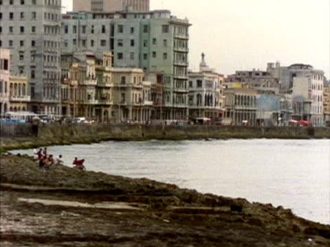 vídeos y material grabado en eventos de stock de ms, buildings along seashore, havana, cuba  - granulado