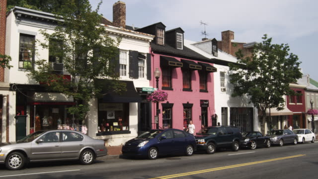 vidéos et rushes de ws buildings and passing traffic along wisconsin avenue in georgetown, washington, dc - georgetown washington dc