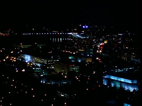 stockvideo's en b-roll-footage met buildings and roads in the district of columbia light up at night. - potomac rivier