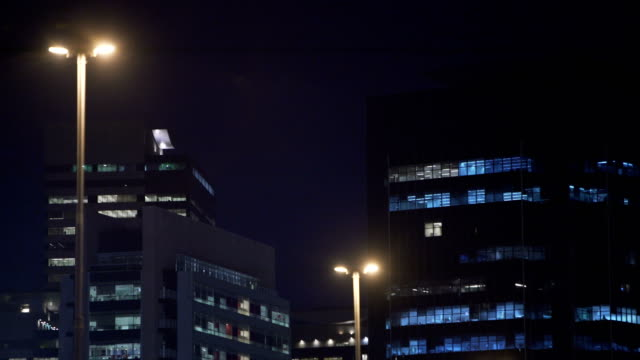 vídeos de stock, filmes e b-roll de buildings at night - poste