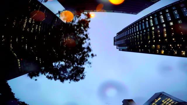vídeos de stock, filmes e b-roll de edifícios em dia chuvoso e olhe para o céu - plusphoto