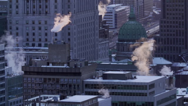 vídeos de stock e filmes b-roll de buildings emit smoke in winter - montréal