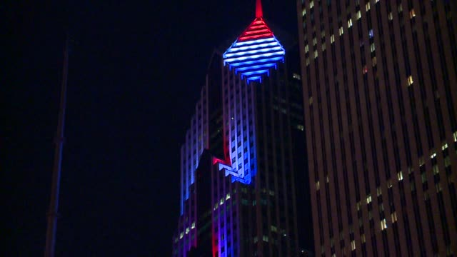 buildings in chicago lit up with colors of french flag at night on november 14, 2015. - レガッタリグレービル点の映像素材/bロール