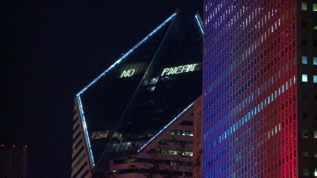 vídeos y material grabado en eventos de stock de wgn buildings in chicago lit up with colors of french flag at night on november 14 2015 - edificio wrigley