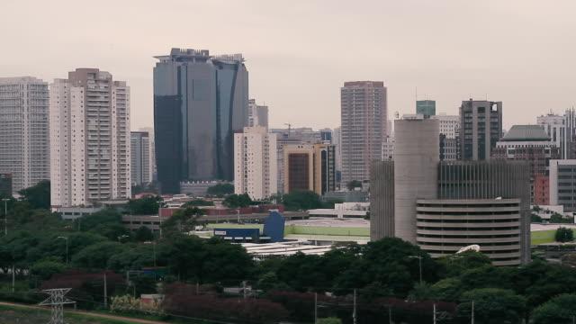 vídeos de stock, filmes e b-roll de buildings in city / sao paulo, brazil - câmara parada