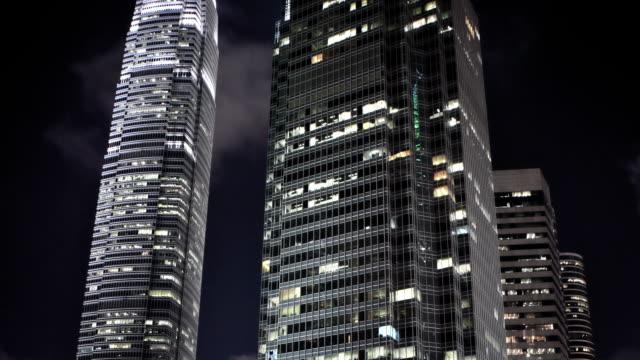 vídeos de stock e filmes b-roll de edifícios em hong kong à noite - arranha céu