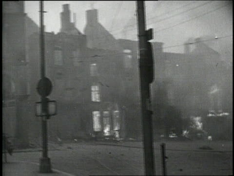 vídeos de stock e filmes b-roll de buildings in warsaw burn as hitler's army invades poland - 1939
