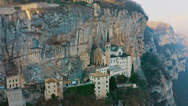 stockvideo's en b-roll-footage met antenne ws gebouwen op klip bij meer garda / italië - stadswoning