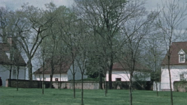 buildings on the grounds of mount vernon, tourists visiting, and a driver crossing the grass with a horse and sulky / alexandria, virginia, united... - バージニア州マウントヴァーノン点の映像素材/bロール