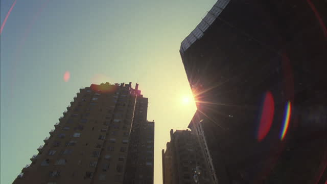 buildings rise from the streets of manhattan. - moving up点の映像素材/bロール