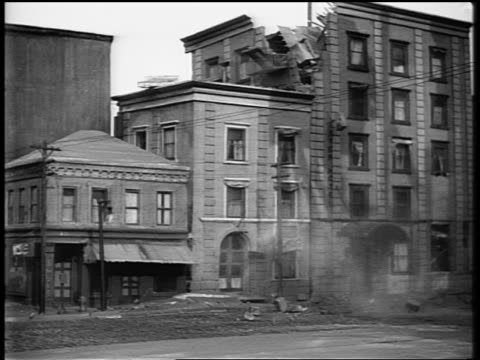 b/w reenactment buildings (miniature) shaking + crumbling during earthquake in san francisco - erdbeben stock-videos und b-roll-filmmaterial