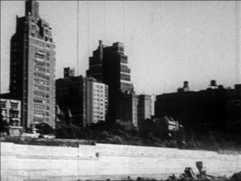 vidéos et rushes de buildings to men building shantytown / depression / newsreel - problème de logement