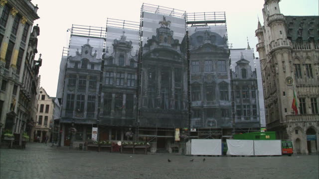 ws, buildings under renovation at grand place, brussels, belgium - illusion stock-videos und b-roll-filmmaterial