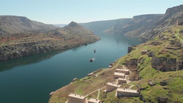 vidéos et rushes de construit des structures de rumkale, euphrate, halfeti, gaziantep, turquie - rivage