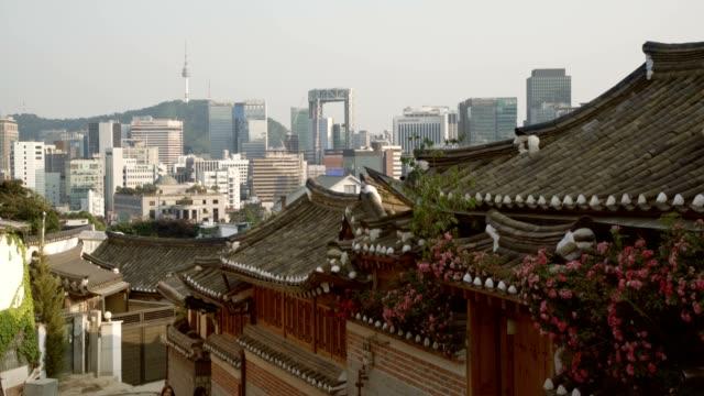 vídeos y material grabado en eventos de stock de bukchon hanok village en seúl, corea del sur - coreano oriental