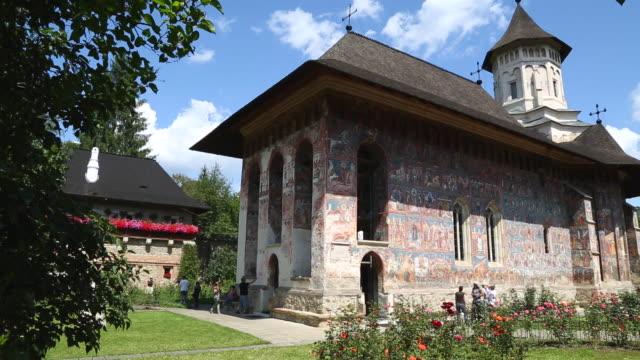 bukovina, moldovitsa orthodox monastery, the painted monasteries of moldavia - 宗教上のシンボル点の映像素材/bロール