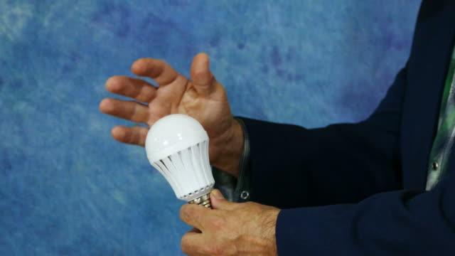 vidéos et rushes de ampoule led s'allume - lampe led