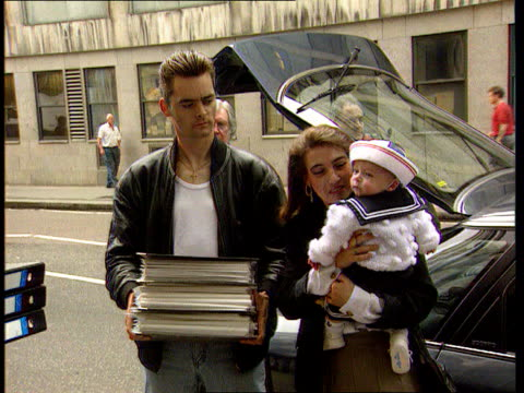 vídeos y material grabado en eventos de stock de bulger murderers should serve at least15 years says home secretary itn lib london ralph bulger holding petition papers with wife denise beside... - petición