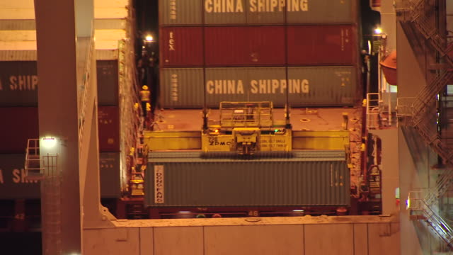 ms aerial td bulk cargo being loaded onto freighter at night at port of miami / miami, florida, united states - dockarbeiter stock-videos und b-roll-filmmaterial