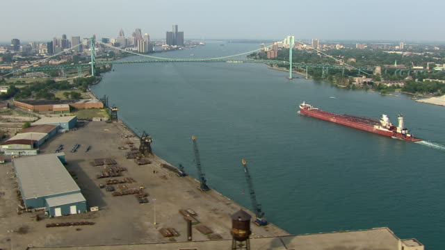 vídeos de stock, filmes e b-roll de bulk cargo ship sails near steel docks on the detroit river. - fronteira internacional