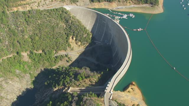 ws aerial pov bullards bar reservoir and new bullards bar dam, boats moored in reservoir, california - dam stock videos & royalty-free footage