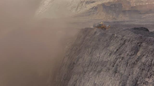 ein bulldozer füllt eine kohle mir - bagger stock-videos und b-roll-filmmaterial