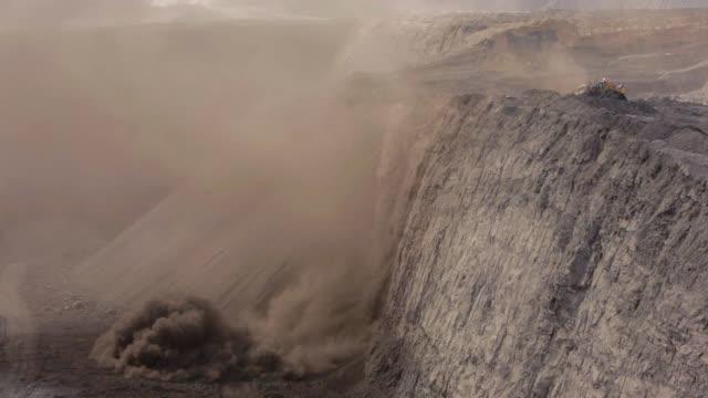 vídeos y material grabado en eventos de stock de una niveladora llena en un carbón mina - coal mine