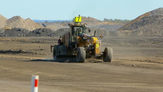 vídeos de stock, filmes e b-roll de escavadora de classificação uma estrada numa mina de carvão - isolado