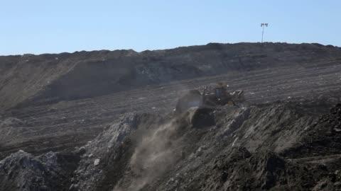 vidéos et rushes de monticules mobiles bulldozer de terre - mine de charbon