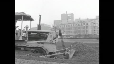 vidéos et rushes de a bulldozer operates at the construction site of the yodobashi purification plant in postwar tokyo. - reconstruction