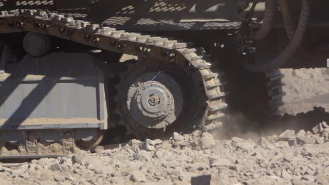 bulldozer tritt auf hardrock - bulldozer stock-videos und b-roll-filmmaterial