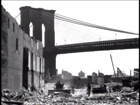 1947 ws bulldozer working at construction site in front of the brooklyn bridge / new york, united states - brooklyn bridge bildbanksvideor och videomaterial från bakom kulisserna