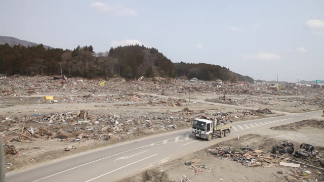 bulldozers started to clean up the place for a rapid reconstruction in rikusen takata city, northern japan on april 2, 2011. - 再建する点の映像素材/bロール