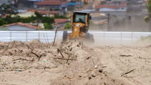 bulldozing einer baustelle - bulldozer stock-videos und b-roll-filmmaterial