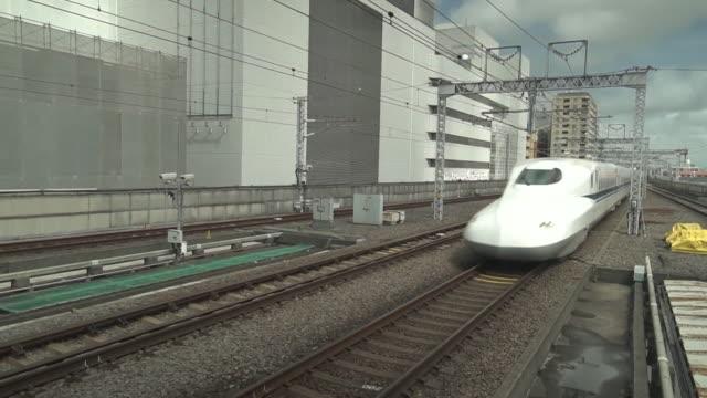 bullet train arriving in toyota japan - 高速列車点の映像素材/bロール