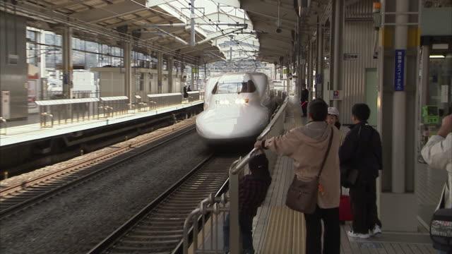 ms ds bullet train on kyoto station, japan - 鉄道のプラットホーム点の映像素材/bロール