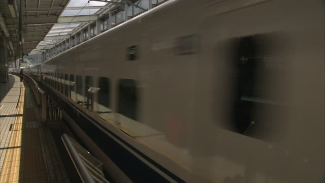 cu bullet train pulling on kyoto station, japan - 鉄道のプラットホーム点の映像素材/bロール