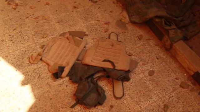 stockvideo's en b-roll-footage met bulletproof vests left behind by islamic state fighters in mosul - kleding