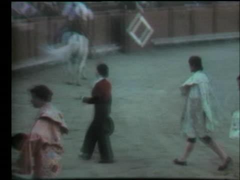 vídeos y material grabado en eventos de stock de bullfighter rosalia de columbia walks across a stadium. - sport